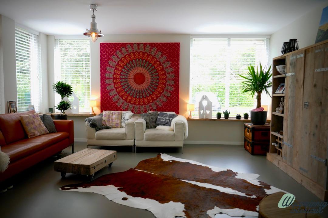 Modern interieur met een koeienvel en een gietvloer