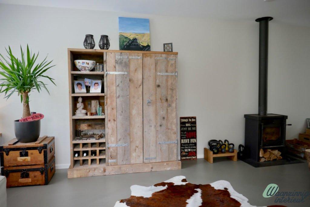 Modern interieur met stijgerhouten kasten
