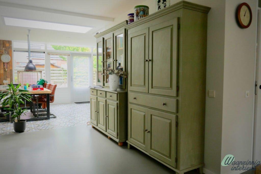 Modern interieur met groene kasten