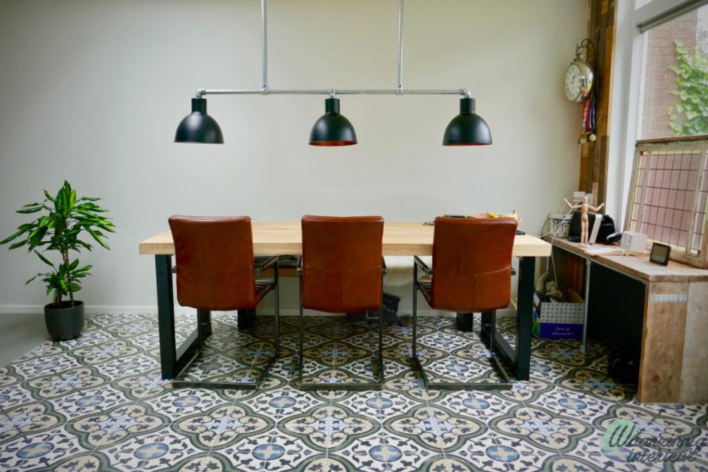 Modern interieur met bruin leren stoelen